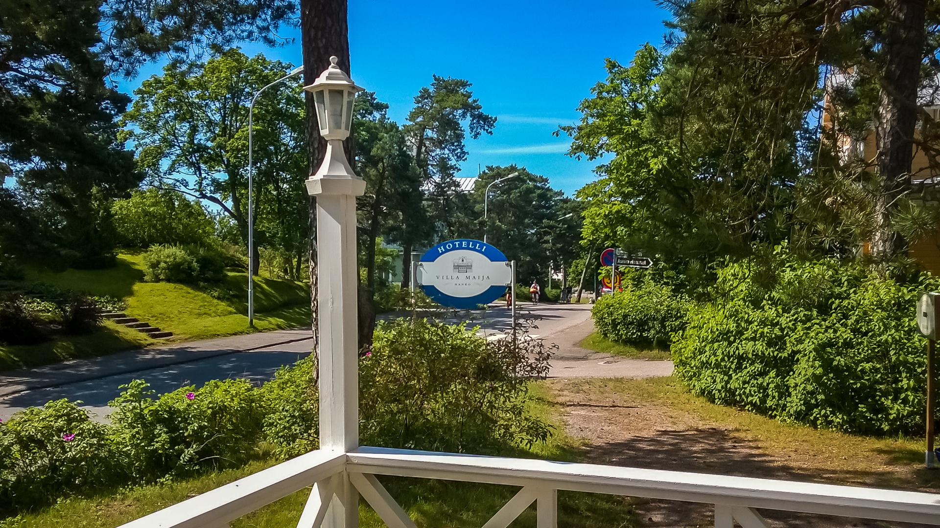 Golfkierroksen jälkeen Villa Maijan terassilla voi nauttia lasillisen kylmää.